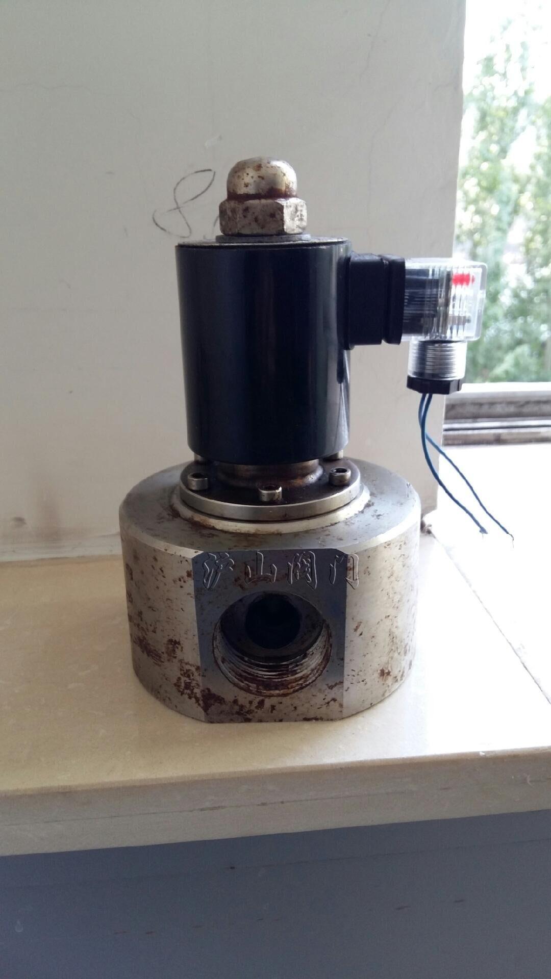二、 ZCPY超高压电磁阀结构原理: 本阀是由副阀和主阀两大部件构成的先导式二次开阀的电磁阀,是靠副阀的启闭来控制主阀的通断。根据断电时所处开关状态的不同,可分为常闭电磁阀和常开电磁阀。 常闭电磁阀,在断电常位时,副阀口封闭,主阀呈断路,当电讯号进入导阀线圈时,活动铁芯受电磁力作用吸上打开副阀口,主阀阀杯内压力迅速消失,介质压力将主阀杯托上,开启主阀口,工作介质便可流通。但当电讯号消失时,靠主阀弹簧、阀杯自重及介质压力使阀杯下移,严密封主阀口,阀门呈关闭状态。当主阀断电时,电磁力消失,副阀打开,主阀杯内